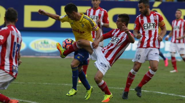 Rubén Cruz trata de llevarse el balón ante tres rivales.