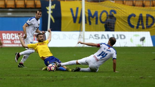 Jose Mari lucha por un balón en el Cádiz CF-UCAM Murcia.