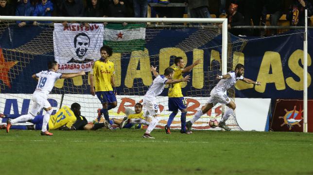 Instante en el que el UCAM marca el gol del empate.