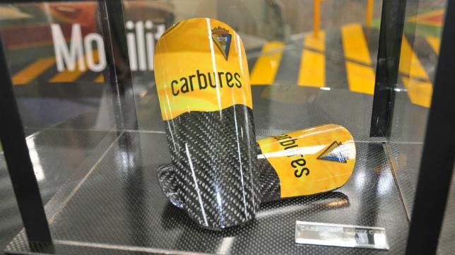Las espinilleras de fibra de carbono personalizadas con el escudo del Cádiz CF.