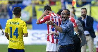 Cervera da instrucciones a sus jugadores en el partido ante el Girona.
