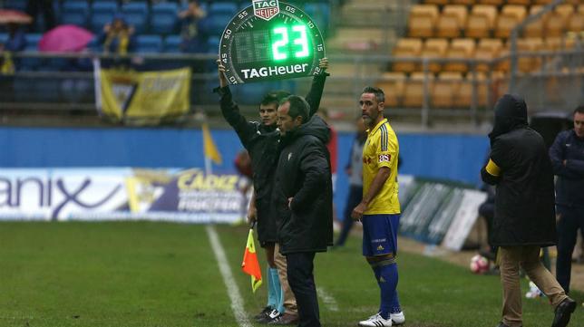 Abel Gómez se dispone a entrar en el campo en el segundo cambio del Cádiz