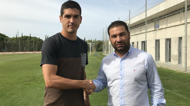 Garrido estrecha la mano de Juan Carlos Cordero tras firmar su renovación (CCF)
