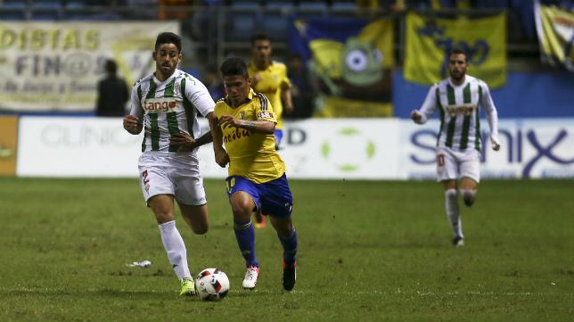 Gastón del Castillo conduce un balón ante un jugador del Córdoba