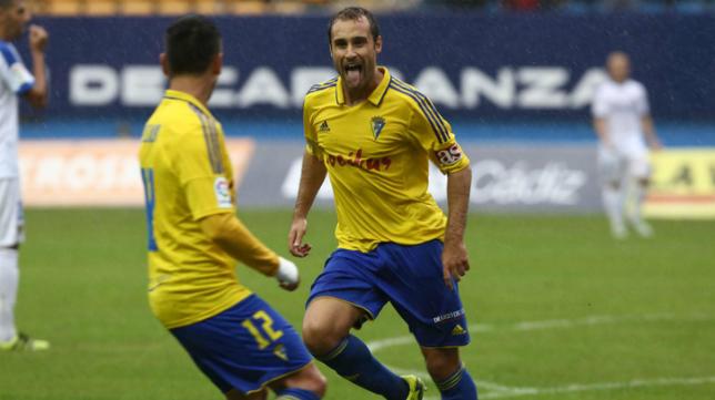 Santamaría celebra el único gol que marcó en Carranza ante el UCAM.
