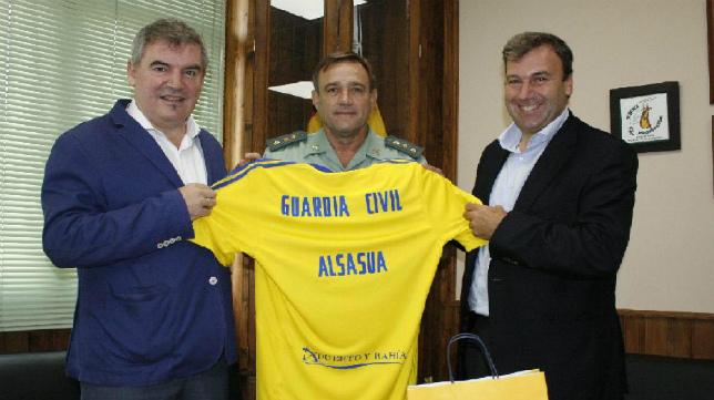 Vizcaíno y Fernández, los encargados de hacer entrega de la camiseta.