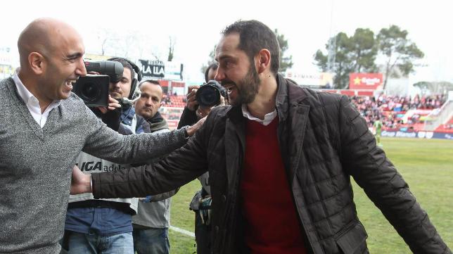 Pablo Machín, entrenador del Girona, saluda a Abelardo.