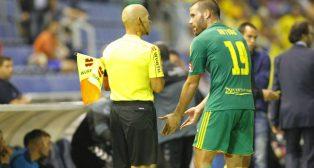 Ortuño pide explicaciones al asistente tras la expulsión en Tenerife.
