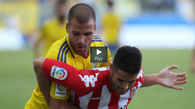 Alfredo Ortuño pelea por un balón ante un jugador del Girona