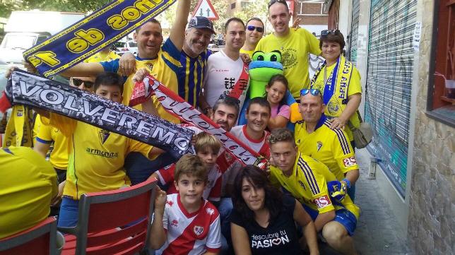Cadistas junto con seguidores del Rayo (Foto: Cadistas Zaragoza)