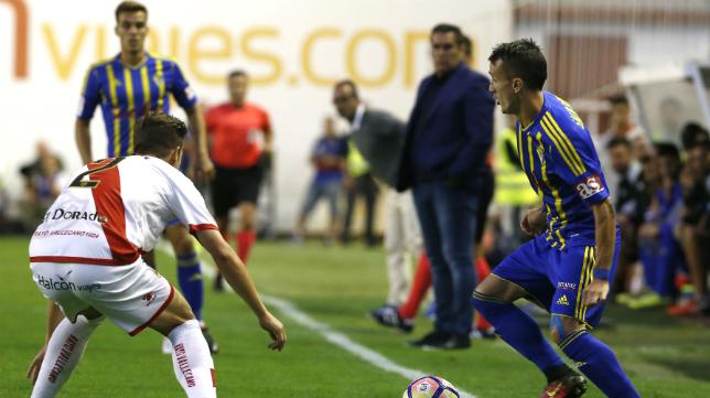 Salvi encara a un rival en Vallecas