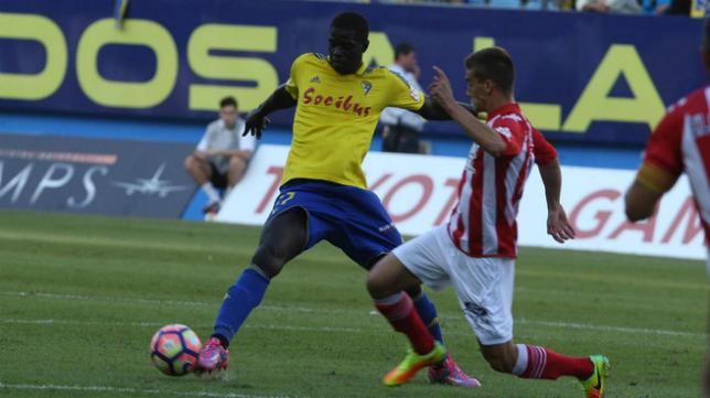 Sankaré disputa un balón ante un rival del Girona.