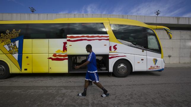 Abdullah llega en solitario al autobús que partía en dirección a Sevilla Santa Justa :: A. Vázquez