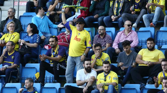 Aficionados animando al Cádiz CF.