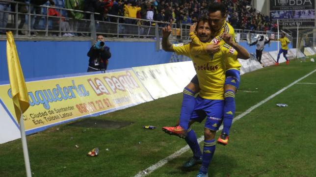 Aitor celebra su gol con Álvaro