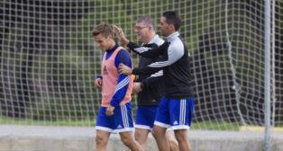 Manzano y Perera bromean con Brian Oliván en un entrenamiento.