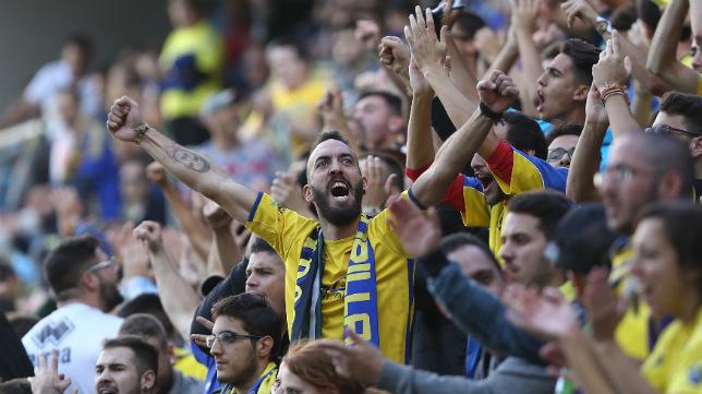 Un aficionado de fondo sur anima al Cádiz CF en el partido ante el Huesca.