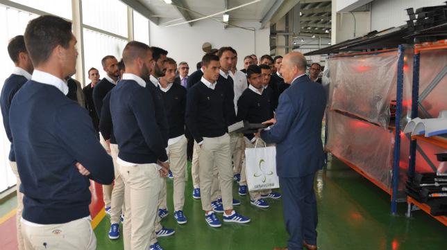 Los jugadores del Cádiz CF atendieron las explicaciones del personal de Carbures.