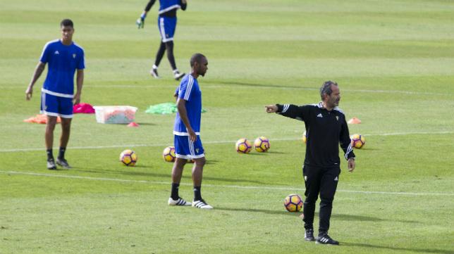 Álvaro Cervera, durante un entrenamiento en El Rosal, busca acompañante para Abdullah.