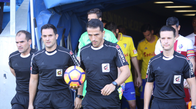 El trío arbitral del Cádiz-Huesca hace entrada en Carranza.