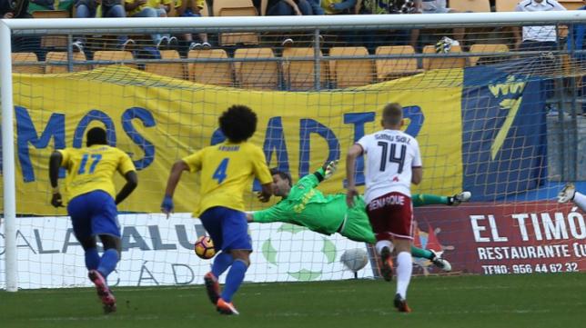 Cifuentes fue determinante en la victoria del Cádiz CF al evitar el gol del Huesca desde el punto de penalti