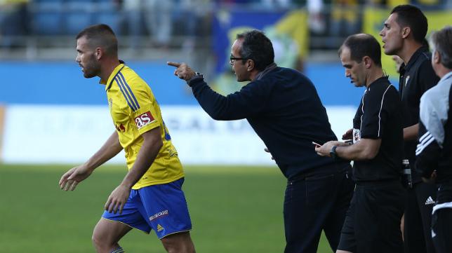 Ortuño recibe instrucciones de Cervera en el partido ante el Huesca.