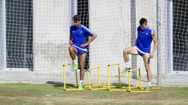 Carpio y Salvi, en un entrenamiento del Cádiz CF en El Rosal.
