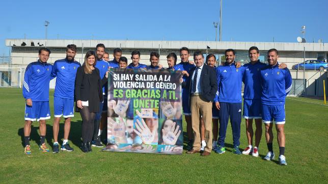 Alicia Gómez junto con varios integrantes de la plantilla del Cádiz CF