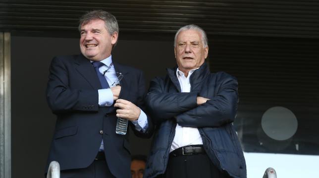 Manuel Vizcaíno y Juan José Pina, en el palco de Carranza.