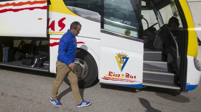 Álvaro Cervera se dirige al autobús del equipo