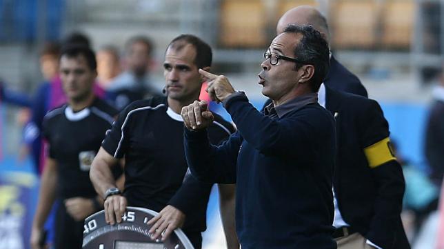 Álvaro Cervera da instrucciones desde el banquillo