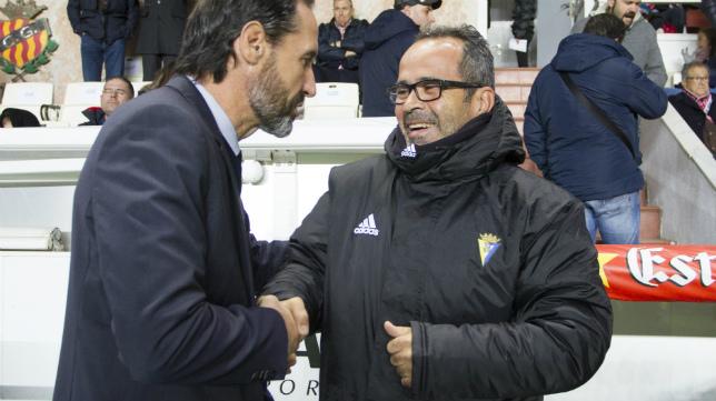 Cervera saluda a Vicente Moreno antes de empezar el partido en Tarragona.