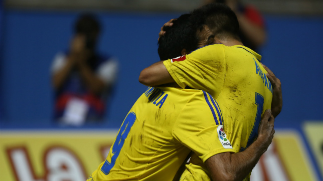 Álvaro y Güiza se abrazan para celebrar un gol.