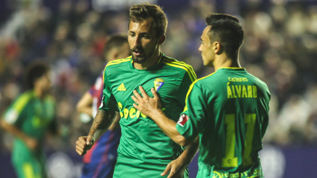A Álvaro le quitan la amarilla recibida en Valencia.