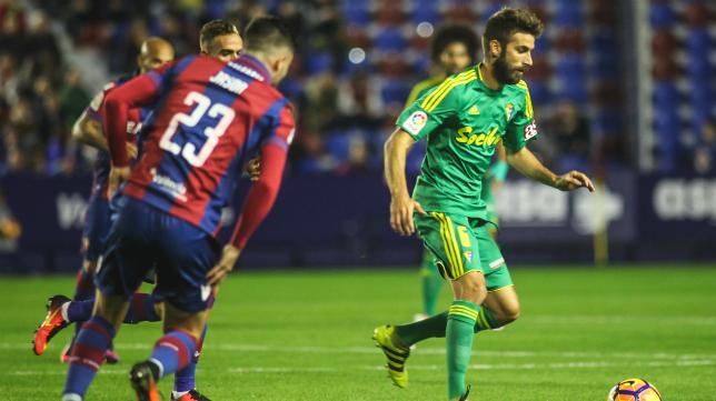 Jose Mari conduce el balón ante un jugador del Levante