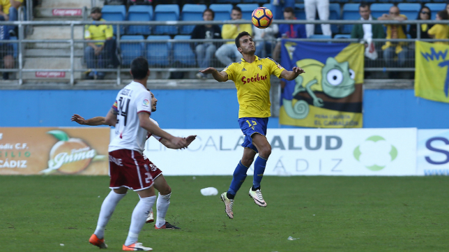 Luis Ruiz controla un balón ante el Huesca