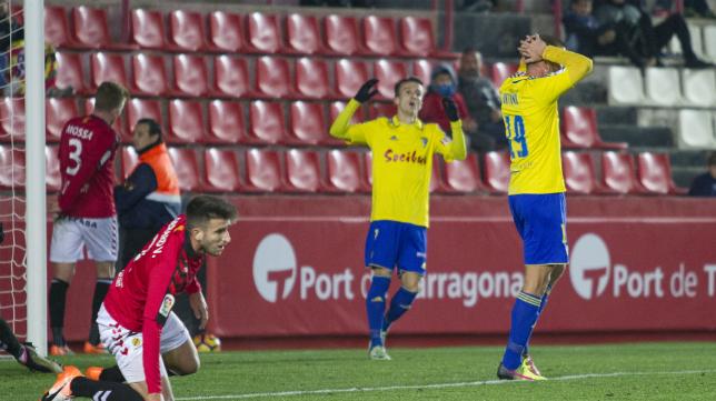 Ortuño y Salvi se lamentan de una jugada de ataque