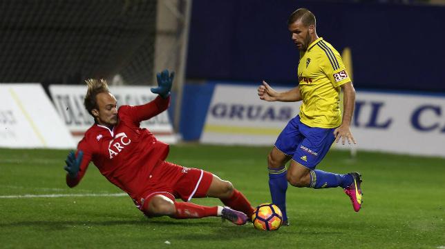 Ortuño regatea a Dimitrovic en el momento del tanto del empate ante el Alcorcón
