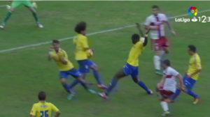 Momento que el árbitro señala el penalti