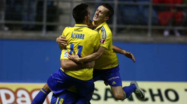 Salvi celebra el gol ante el Alcorcón junto a Álvaro.