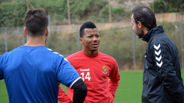 Uche habla con su entrenador Vicente Moreno.