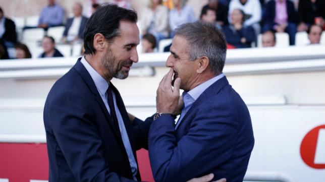 El entrenador del Nàstic de Tarragona Vicente Moreno saluda al técnico del Valladolid Paco Herrera.