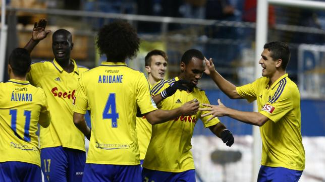 Garrido abraza a sus compañeros tras un gol