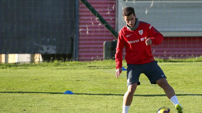 Ager Aketxe, en un entrenamiento con el Athletic.