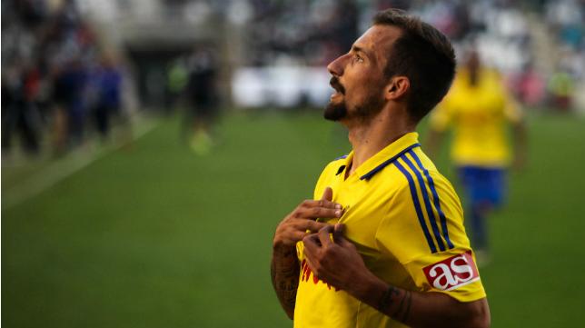 Aitor celebra un gol con la elástica del Cádiz CF en el Nuevo Arcángel de Córdoba.