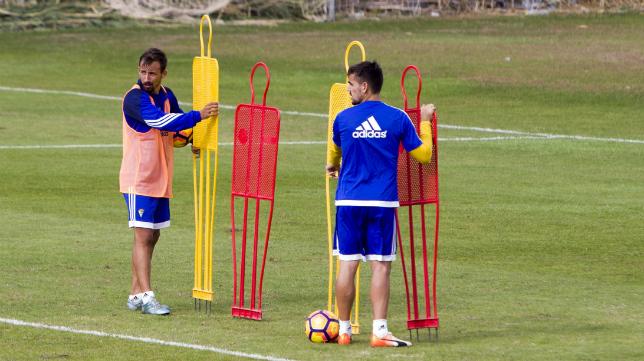 Aitor García y Carlos Calvo colocan la barrera durante el entrenamiento.