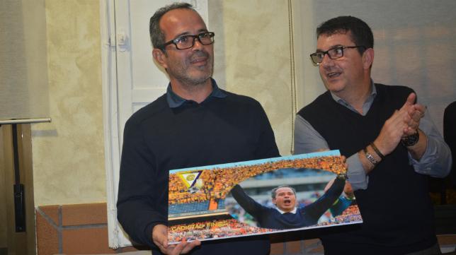 Álvaro Cervera recoge uno de los obsequios con los que la peña Cadistas Finos lo homenajeó.