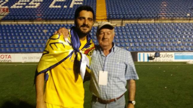 Antonio López, con Güiza, sobre el césped una vez conquistado el ascenso.