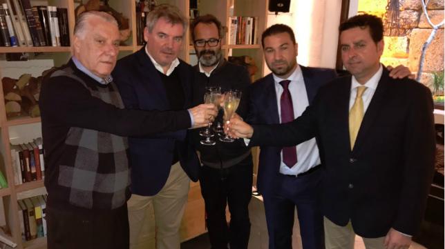 Álvaro Cervera, en el centro, brinda con Juan José Pina, Manuel Vizcaíno, Juan Carlos Cordero y Martín José García