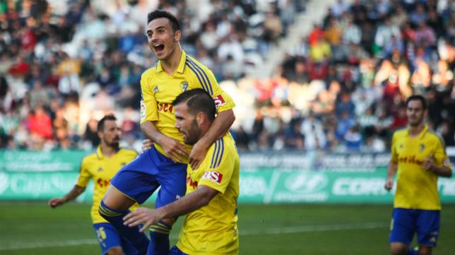 Álvaro García celebra el gol del empate ante el Córdoba con Ortuño en la 2016/17.